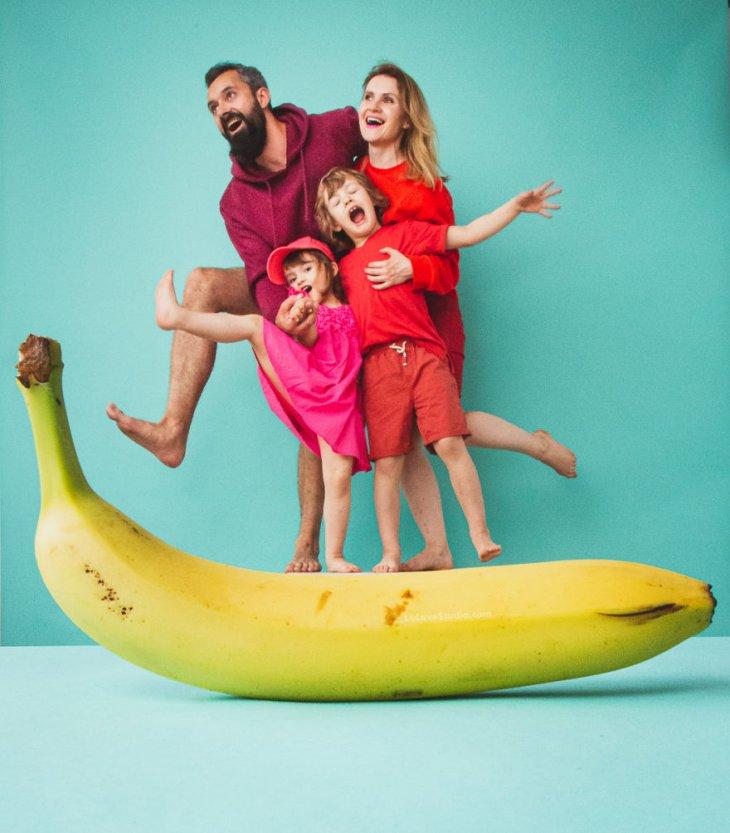 صور عائلية مضحكة مع فواكه استوائية