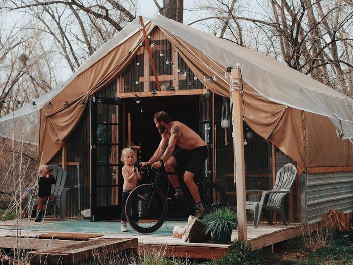 زاك وأطفاله أمام الخيمة