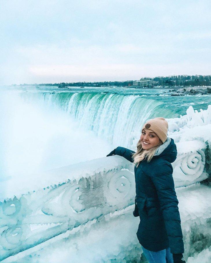 شابة أخرى تلتقط صورة بجانب الشلالات