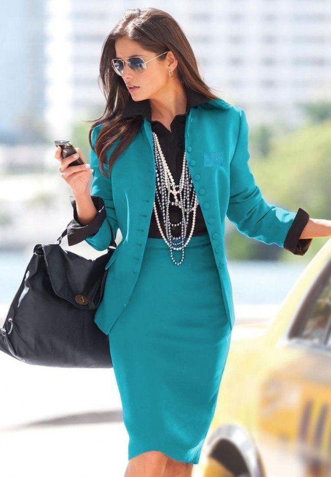 امرأة ترتدي مجوهرات