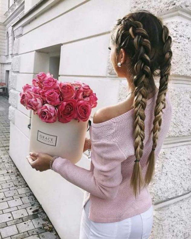 خلفيات للبنات كيوت : فتاة مع الورود
