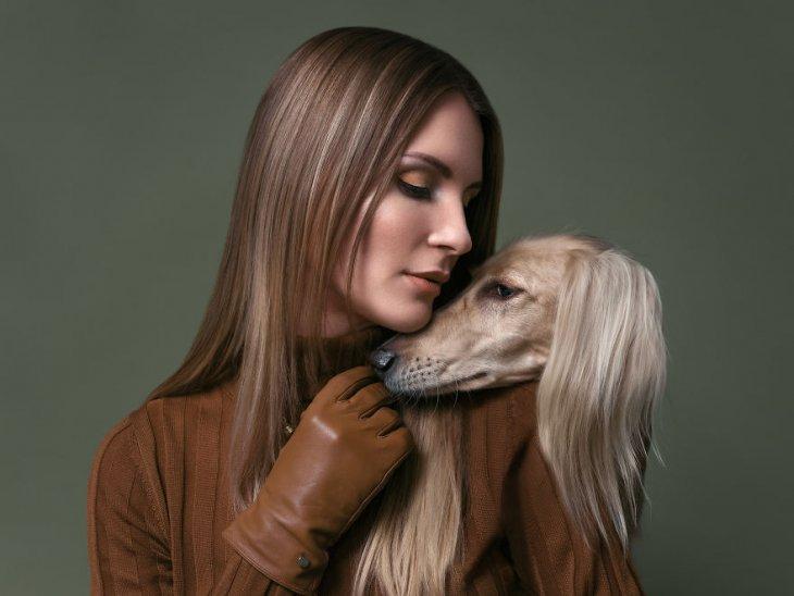 صورة فتاة مع كلب