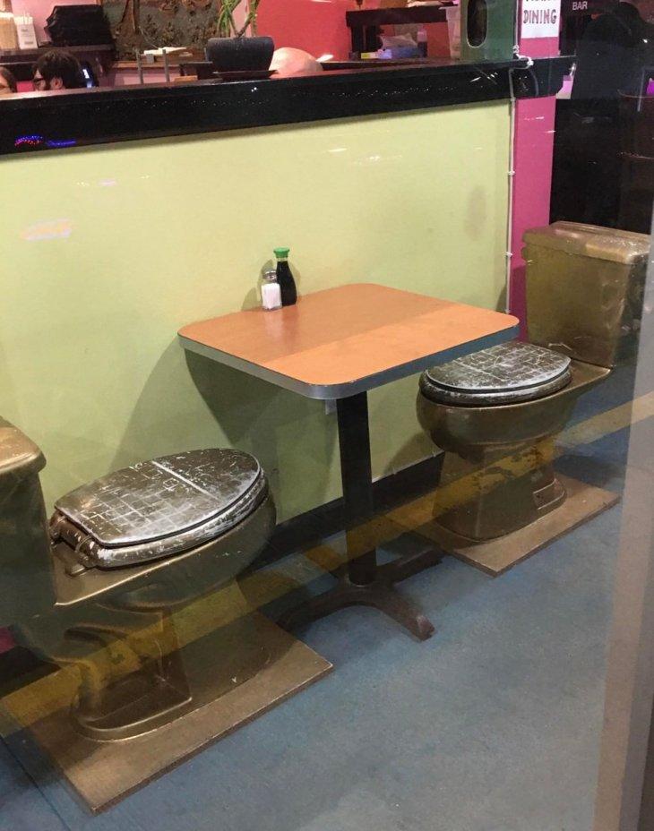 كراسي مراحيض في مقهى