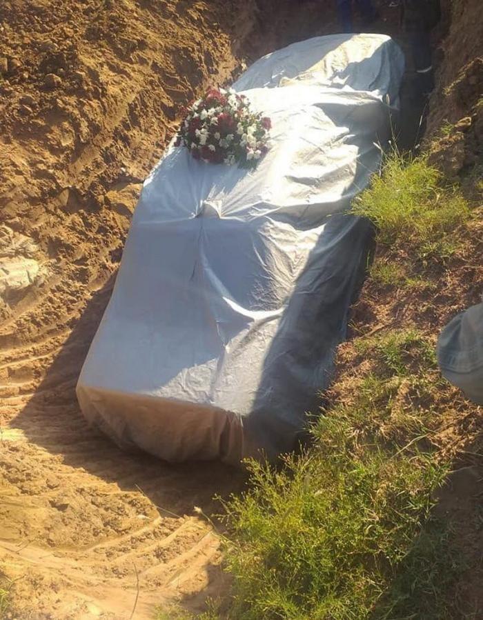 دفن سياسي في سيارته