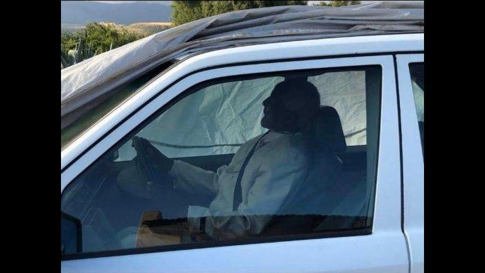 دفن سياسي في سيارته المرسيدس